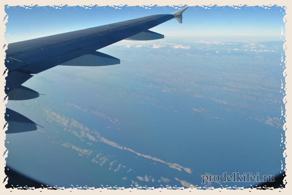 адриатика под крылом самолета во время полета в Италию