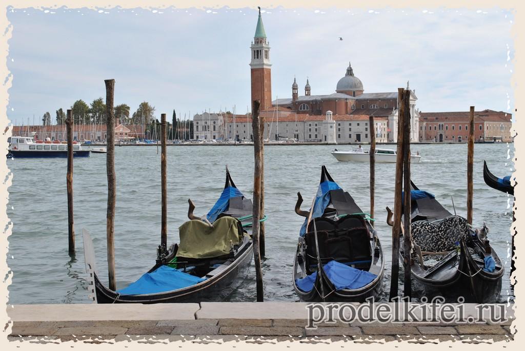 гондолы на причале Венеции