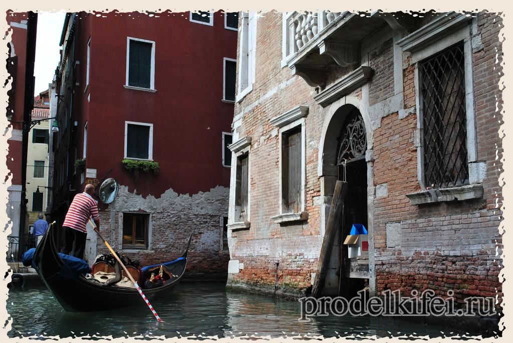 облупленные здания от потопов в Венеции можно увидеть при катании на гондолах