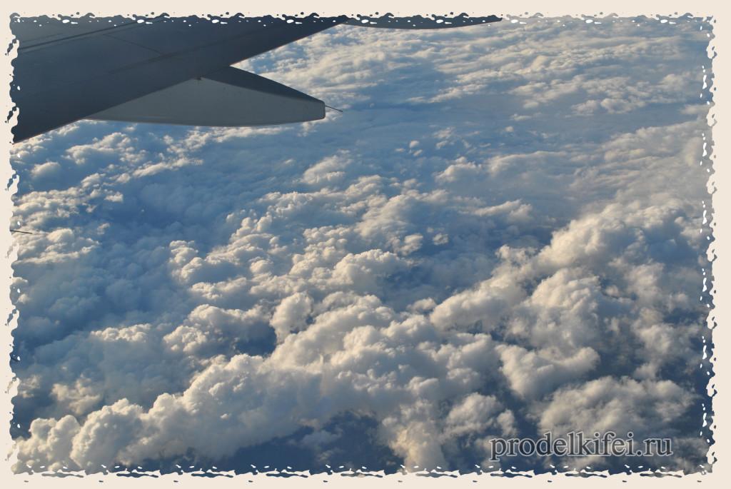 кучевые облака под крылом самолета