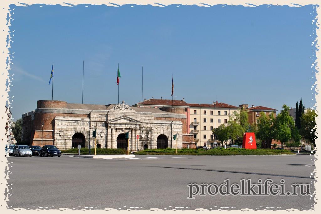 Ворота и арки в Италии в Вероне