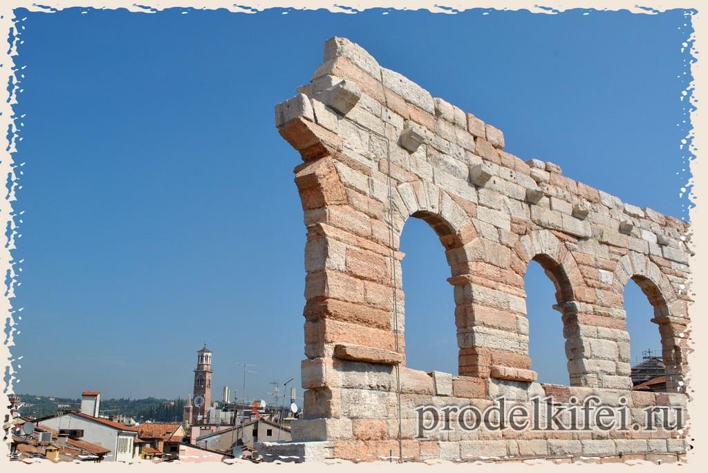 сохранившаяся до наших дней стена верхнего уровня арены Вероны