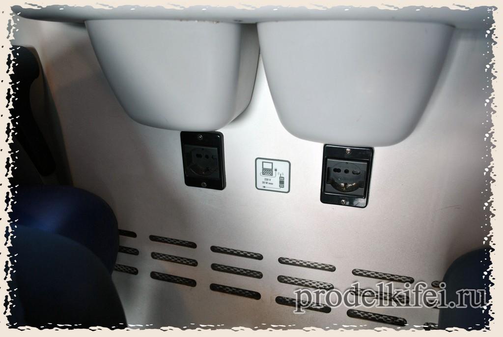 розетки для зарядки мобильных телефонов и ноутбуков в электропоезде в Италии
