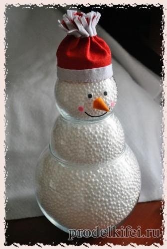 13 делаем снеговику глаза нос-морковку и улыбку