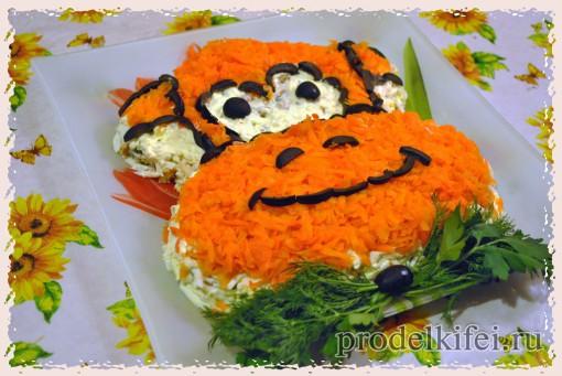 10 вареной морковкой и оливками выкладываем мордочку обезьяны