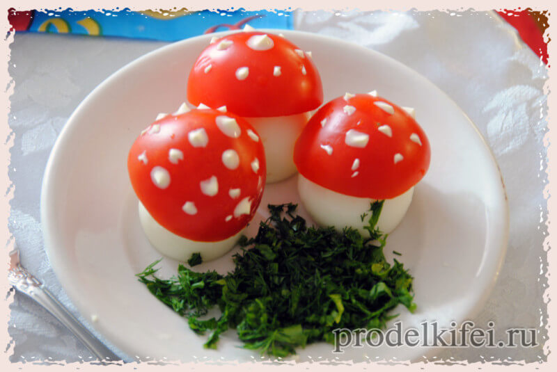 мухоморы из яиц и помидор - украшение стола на вечеринку
